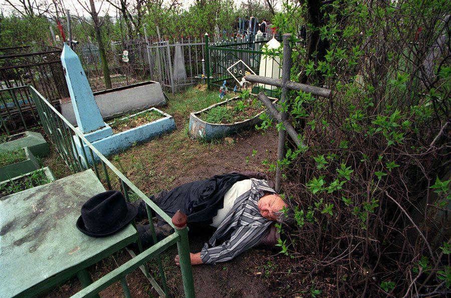 Lugansk 1996 295 - «Пасха»: Луганські традиції в об'єктиві Олександра Чекменьова - Заборона