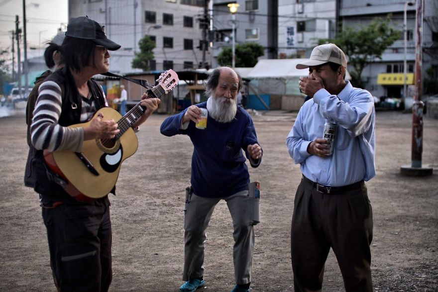 10 6 5b51d725a0bde  880 - Бідні, щасливі та п'яні: як живуть мешканці японських нетрів - Заборона