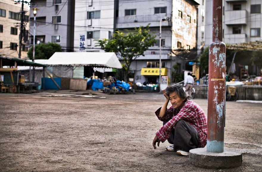 4 4 5b51d716c1753  880 - Бідні, щасливі та п'яні: як живуть мешканці японських нетрів - Заборона