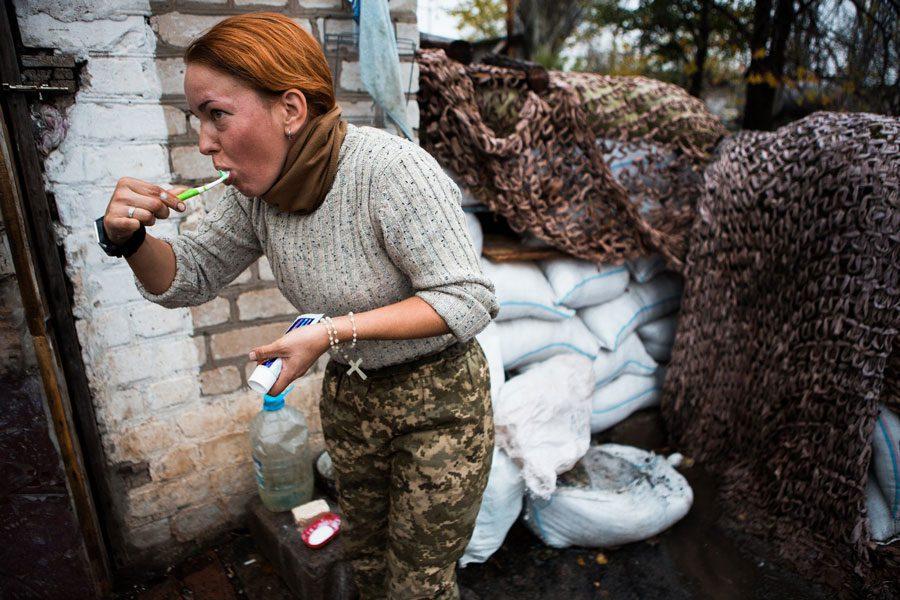tesinsky 4 - Чеський фотожурналіст показав жінок на війні в Україні - Заборона