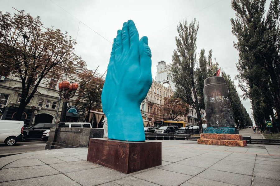 42633840 1908121845936283 1889438525342875648 o - У центрі Києва на місці Леніна встановили велетенську руку: ШЗХ тижня - Заборона