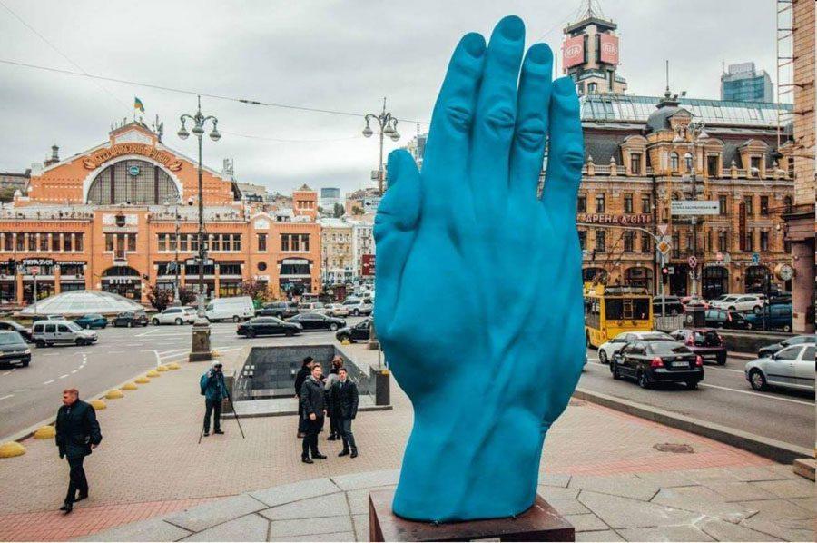 42652989 1908116302603504 6124614507873435648 o - У центрі Києва на місці Леніна встановили велетенську руку: ШЗХ тижня - Заборона