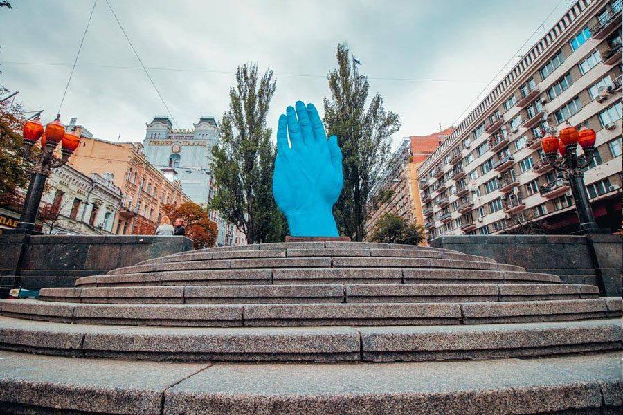 42667540 1908116015936866 5078198292307771392 o - У центрі Києва на місці Леніна встановили велетенську руку: ШЗХ тижня - Заборона