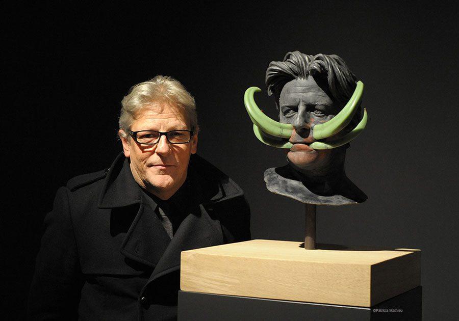 Jan Fabre sculpture en bronze a la Guy Pieters Gallery a Paris Patricia Mathieu - У США заборонили їсти собак та кошенят: ШЗХ тижня - Заборона