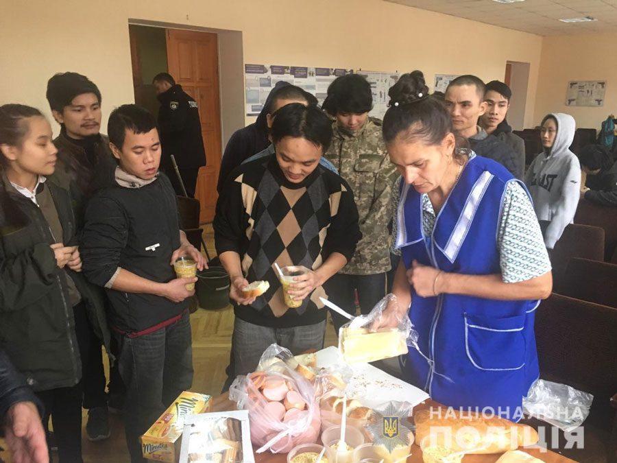 V1 - На Київщині чоловік викрав 28 громадян В'єтнаму. Їм нічого було їсти - Заборона
