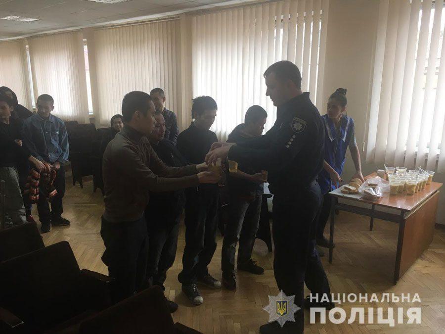 V2 - На Київщині чоловік викрав 28 громадян В'єтнаму. Їм нічого було їсти - Заборона