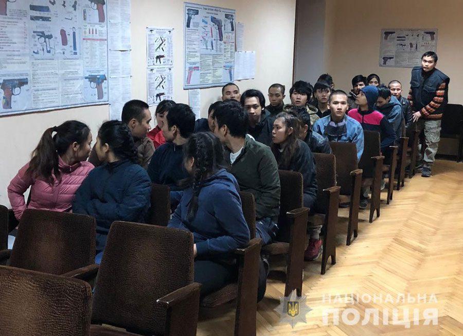 V3 - На Київщині чоловік викрав 28 громадян В'єтнаму. Їм нічого було їсти - Заборона