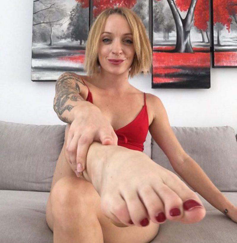 02112018 news 6 3 - Британка заробляє мільйони на продажу брудних шкарпеток: ШЗХ тижня - Заборона
