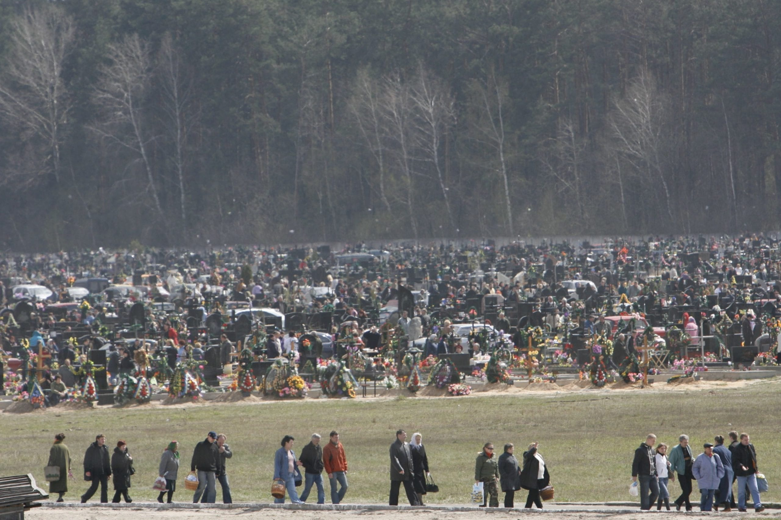 kostyantin chernichkin 01 scaled - <b>В Украине проходят Гробки, когда люди устраивают трапезы на кладбищах.</b> Объясняем, что это за традиция - Заборона