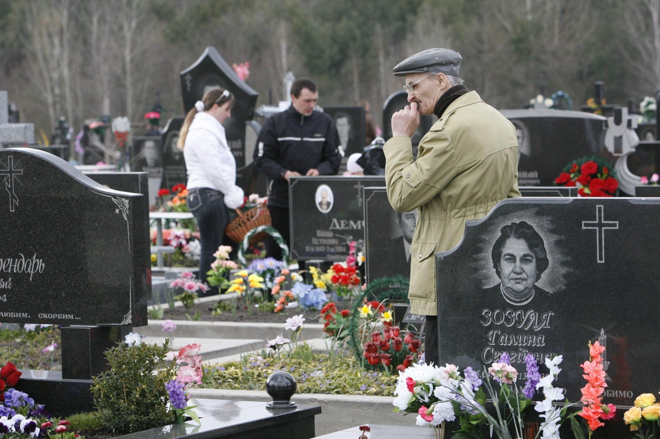kostyantin chernichkin 02 scaled - <b>В Украине проходят Гробки, когда люди устраивают трапезы на кладбищах.</b> Объясняем, что это за традиция - Заборона