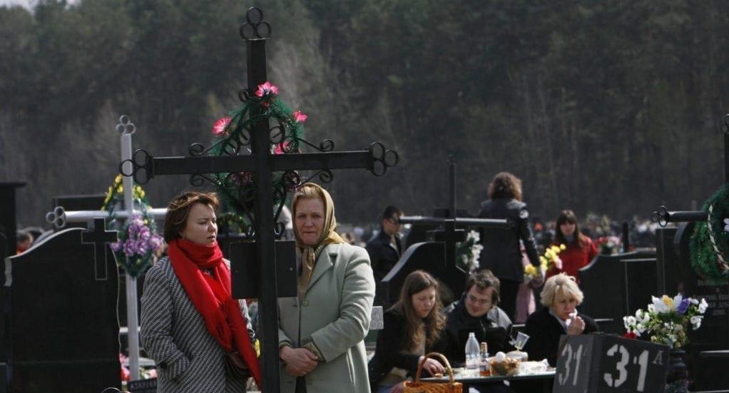В Україні тривають Гробки, коли люди влаштовують трапези на цвинтарях. Пояснюємо, що це за традиція