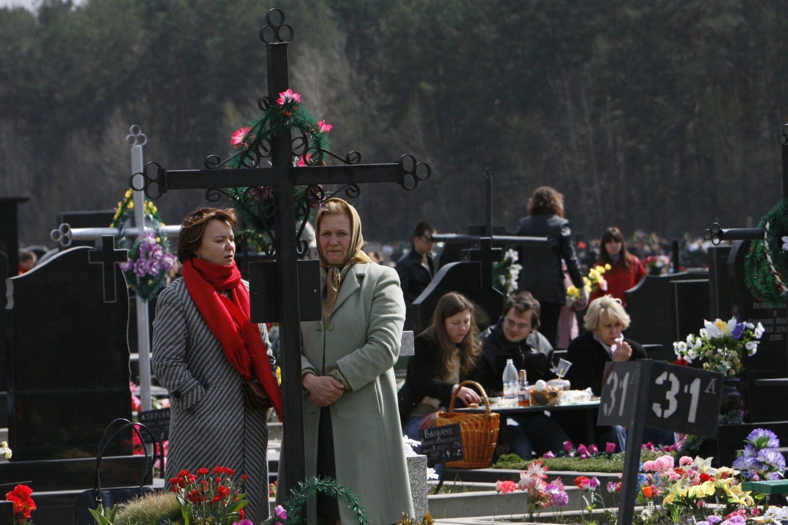 kostyantin chernichkin 04 scaled - <b>В Украине проходят Гробки, когда люди устраивают трапезы на кладбищах.</b> Объясняем, что это за традиция - Заборона