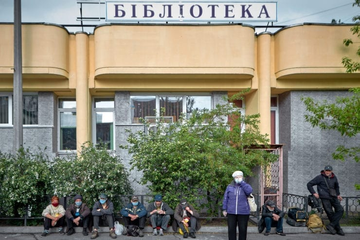 bezdomni biblioteka 740x493 - <b>Self-isolation on the streets.</b> Due to quarantine, Kyiv's homeless population is struggling to survive, but the authorities say there are no problems. - Заборона