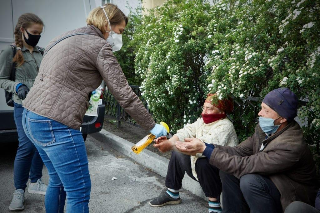 волонтеры и бездомные