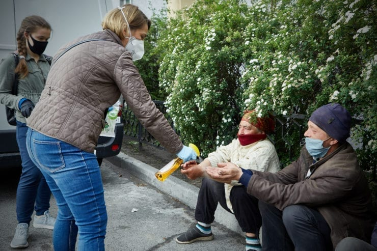 bezdomni na karantyni 740x493 - <b>Self-isolation on the streets.</b> Due to quarantine, Kyiv's homeless population is struggling to survive, but the authorities say there are no problems. - Заборона
