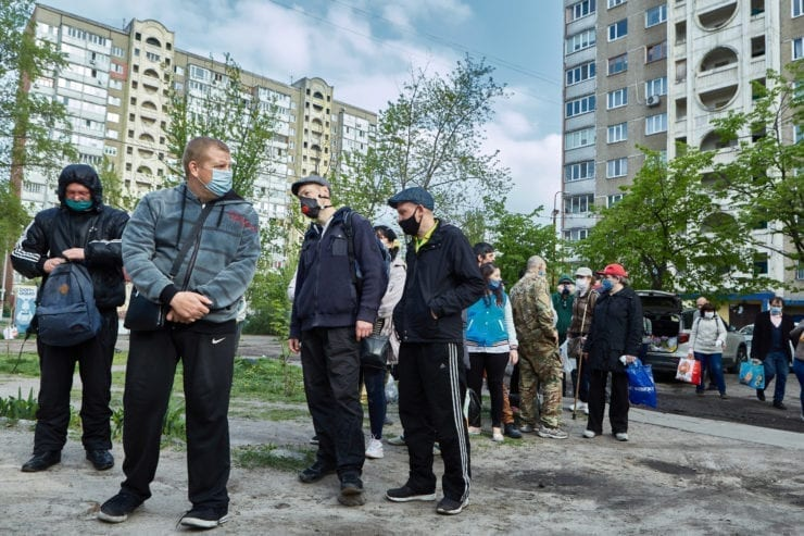 bezdomni v cherzi 740x493 - <b>Self-isolation on the streets.</b> Due to quarantine, Kyiv's homeless population is struggling to survive, but the authorities say there are no problems. - Заборона