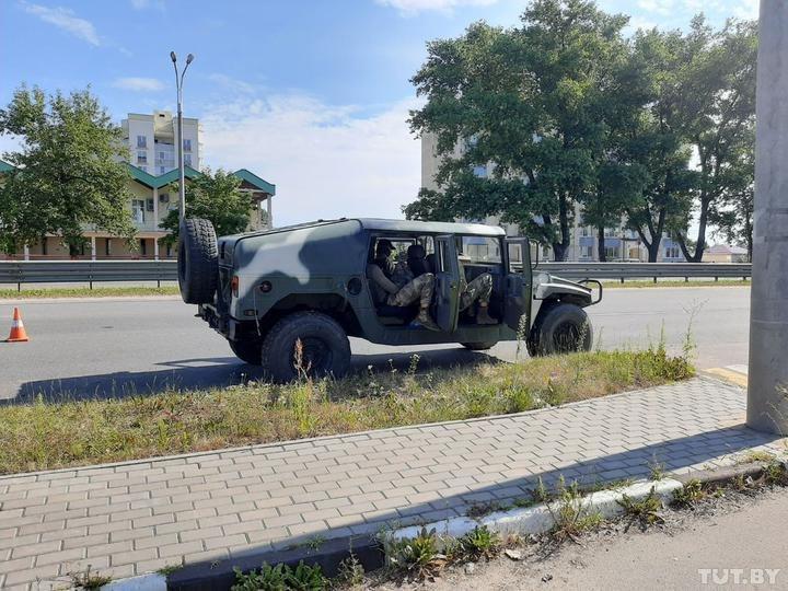 broneavtomobyly na vъezde v mynsk. foto tut.by  - <b>Військо Лукашенка.</b> На чому тримається режим білоруського диктатора – військово-технічний огляд - Заборона