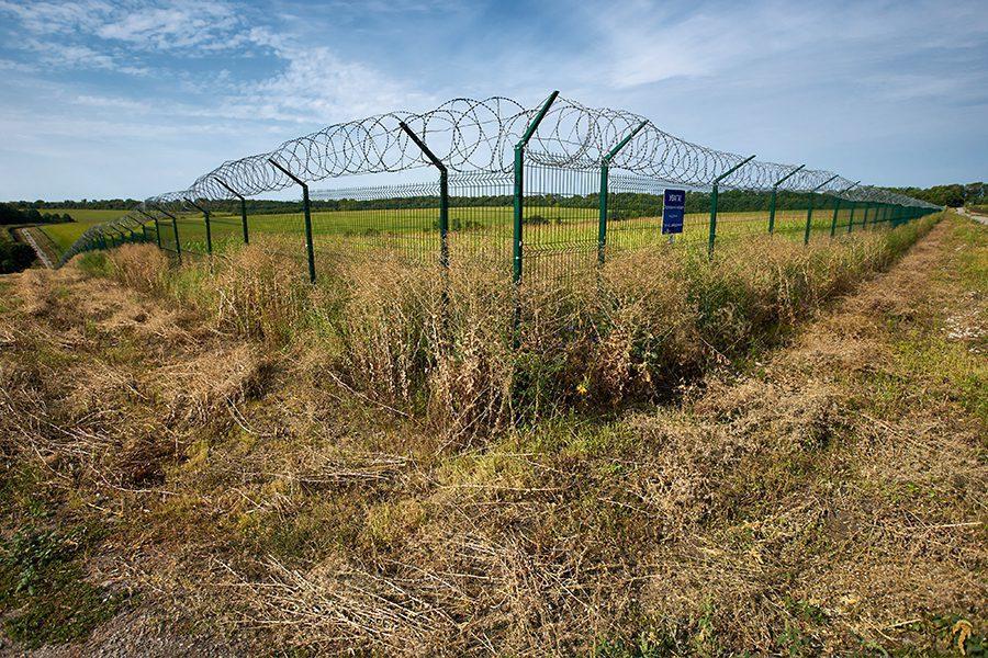 12 1 - <b>Стена на пустыре.</b> При строительстве защитных сооружений на границе снесли сотни археологических памятников - Заборона