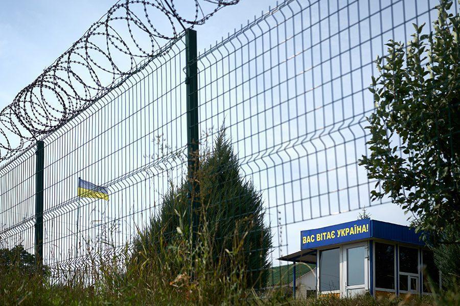 13 1 - <b>Стена на пустыре.</b> При строительстве защитных сооружений на границе снесли сотни археологических памятников - Заборона