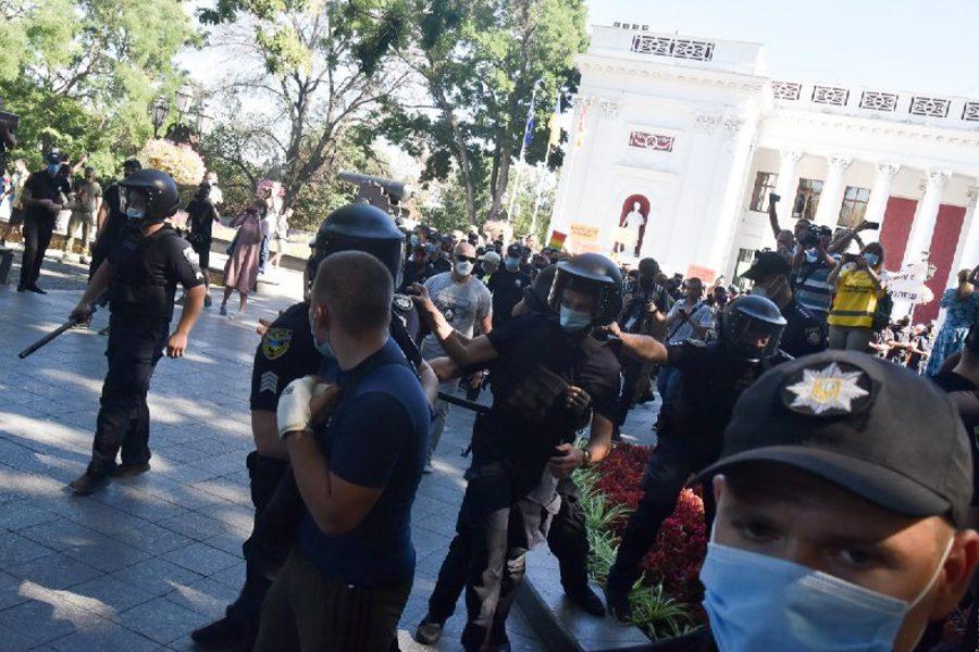 6 1 - <b>В Одессе радикалы напали на Марш равенства.</b> Полиция не реагировала на это, а агрессоров не будут судить за гомофобию - Заборона