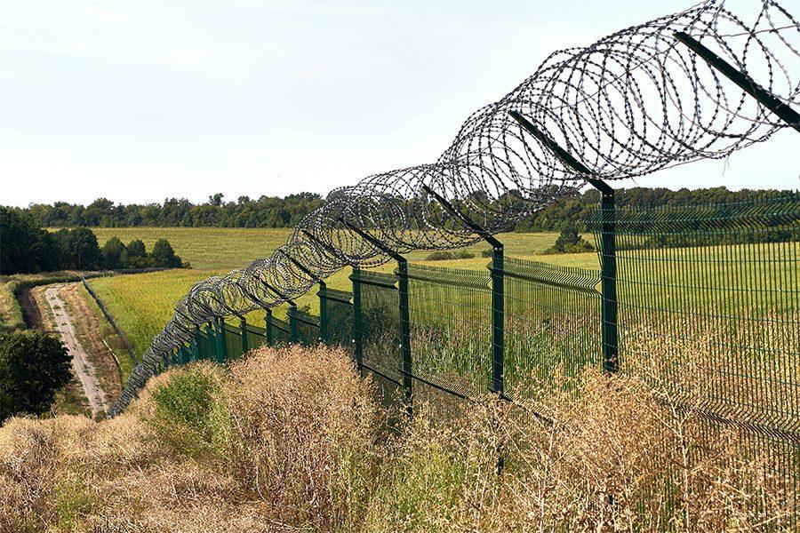7 1 - <b>Стена на пустыре.</b> При строительстве защитных сооружений на границе снесли сотни археологических памятников - Заборона