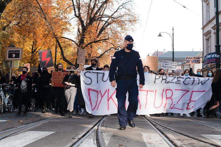 6 19 - <b>«Зйобуйте!».</b> Як у Польщі протестували проти заборони абортів — репортаж Заборони - Заборона