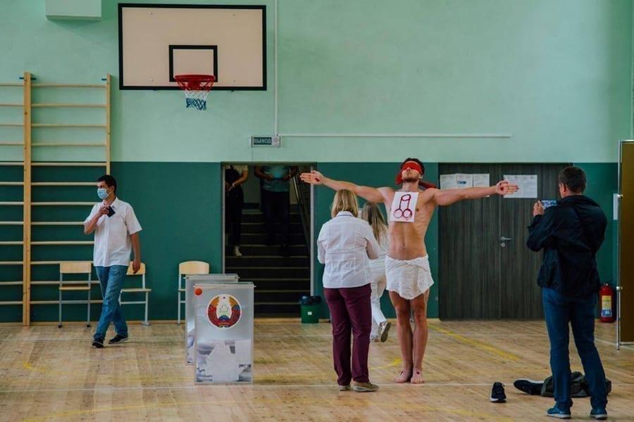 belsat tv - <b>«Системе нужны художники для декораций».</b> Беларуский акционист Алексей Кузьмич о протестном искусстве - Заборона