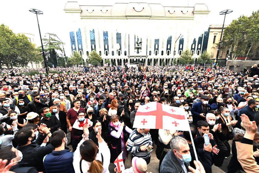 sputnik  stringer - <b>На выборах в Грузии выиграла правящая партия, оппозиция говорит о фальсификациях и собирает митинги.</b> Коротко рассказываем, что происходит - Заборона
