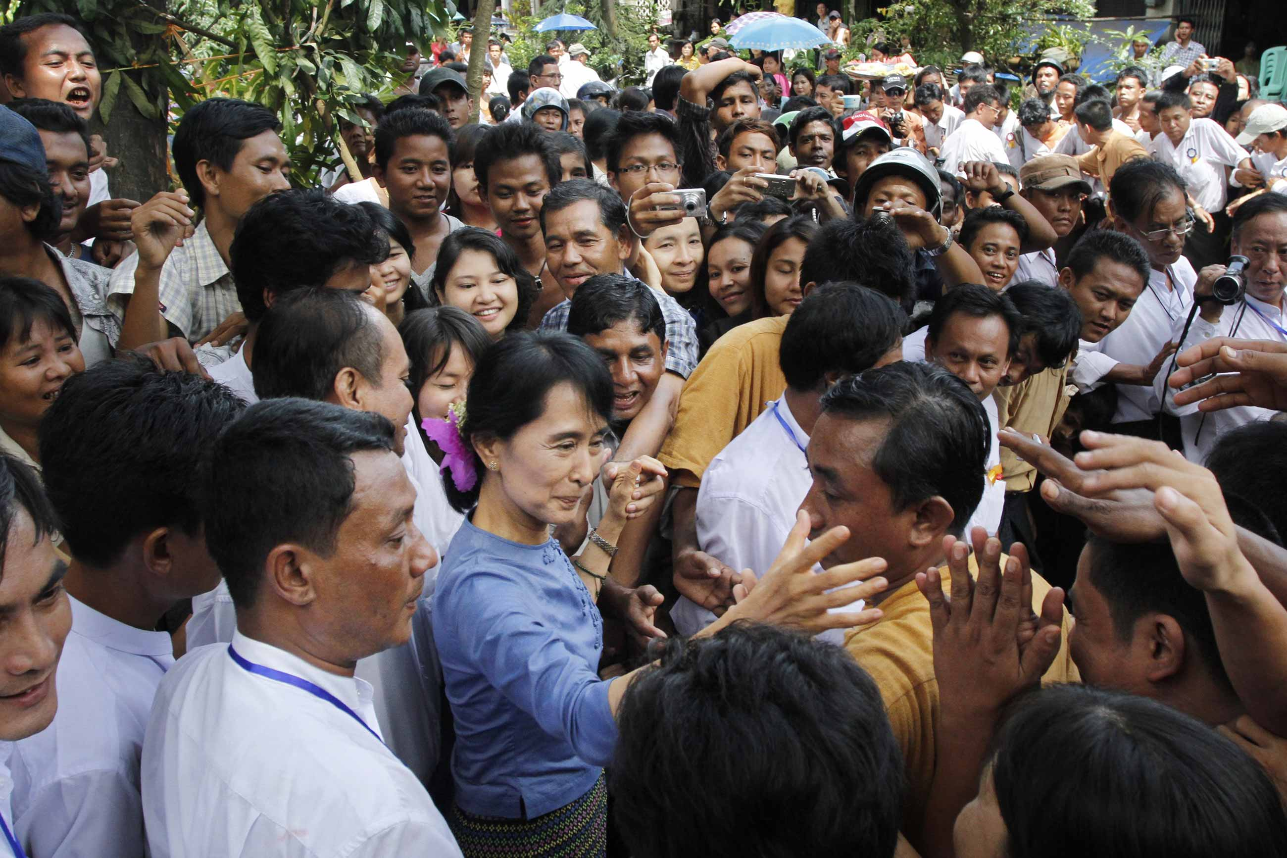aung san suu kyi greeting supporters from bago state - <b>У М'янмі переворот, владу (знову) захопила військова хунта.</b>  За її правління був геноцид народу рогінджа - Заборона