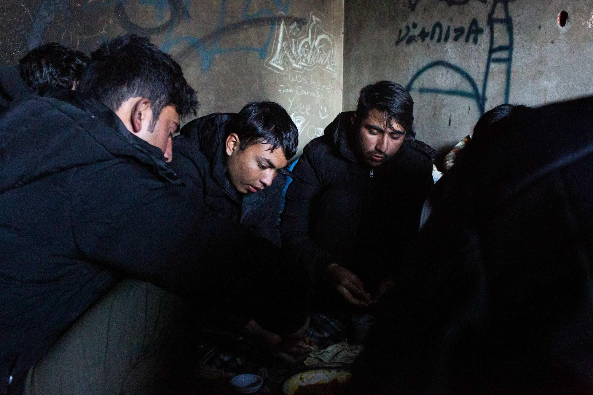 desperate refugees and migrants esan 2 - <b>Крепость «Европа»:</b> как мигранты сталкиваются с полицейской жестокостью на Балканах - Заборона
