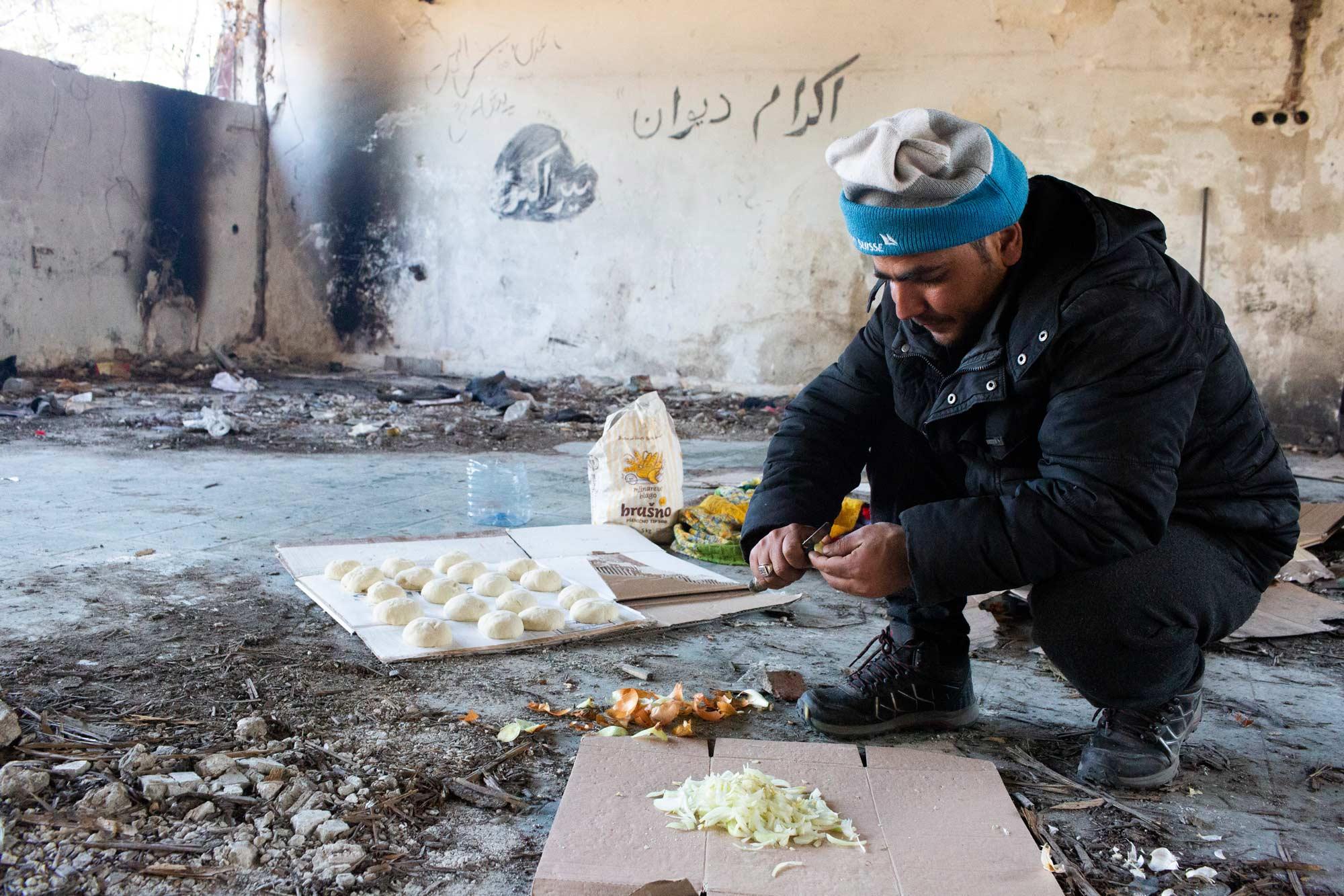 desperate refugees and migrants food - <b>Крепость «Европа»:</b> как мигранты сталкиваются с полицейской жестокостью на Балканах - Заборона