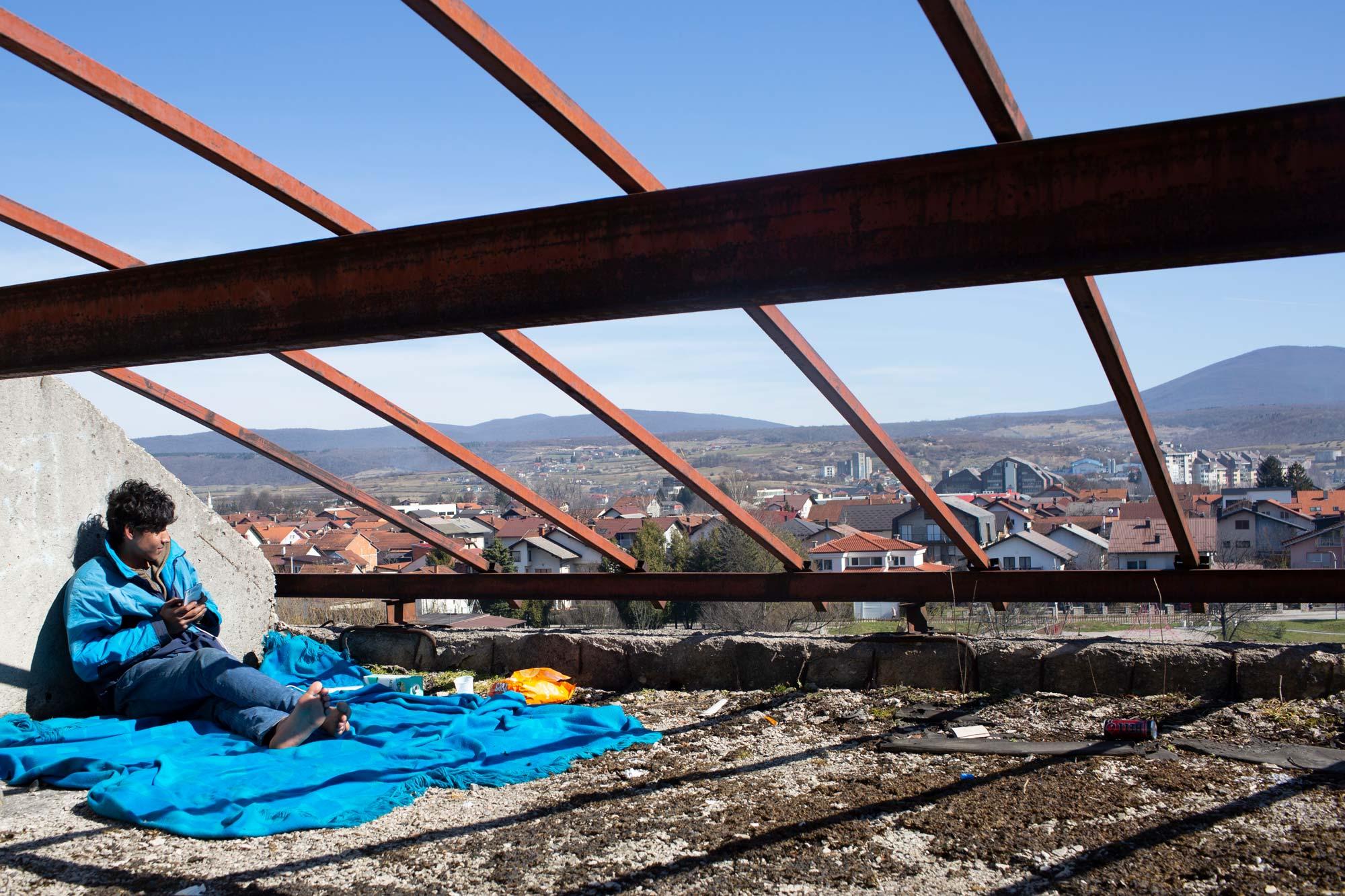 desperate refugees and migrants roof - <b>Крепость «Европа»:</b> как мигранты сталкиваются с полицейской жестокостью на Балканах - Заборона
