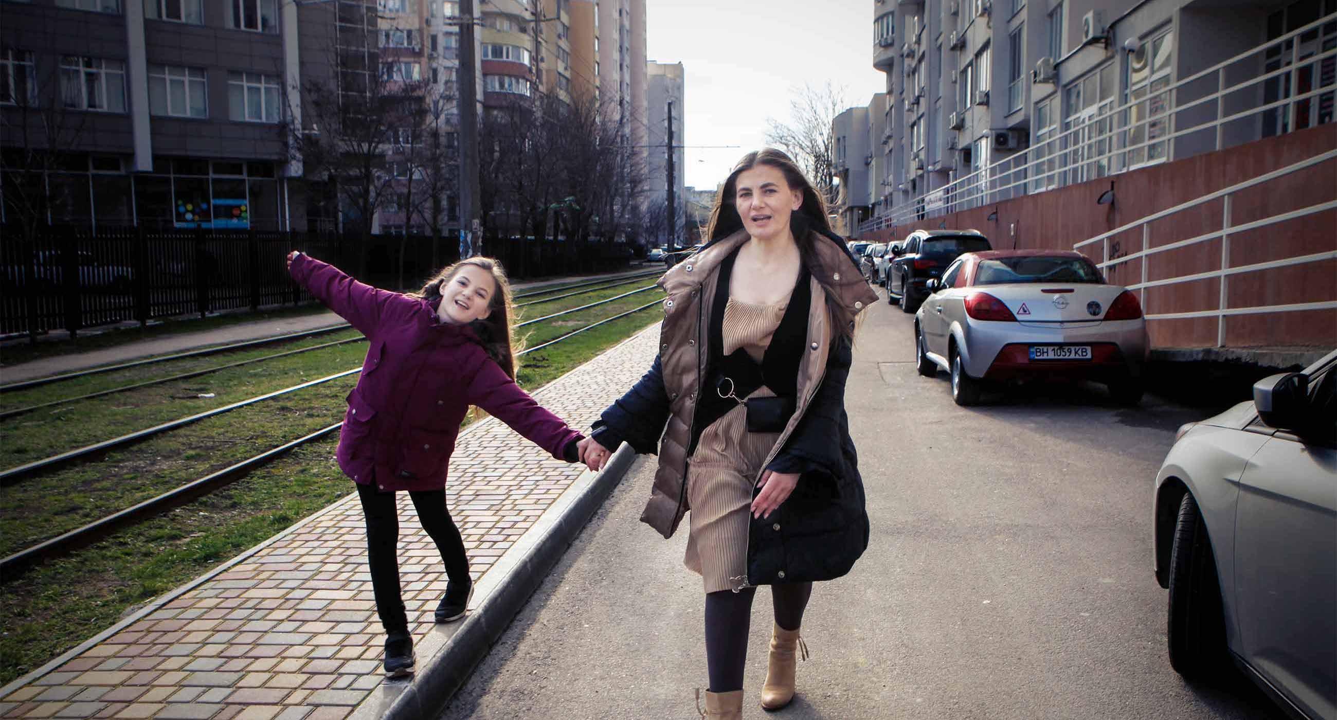 Одеська поліціянтка Зоя Мельник системно викривала злочини поліції, а потім її звільнили. Зараз вона захищає дітей