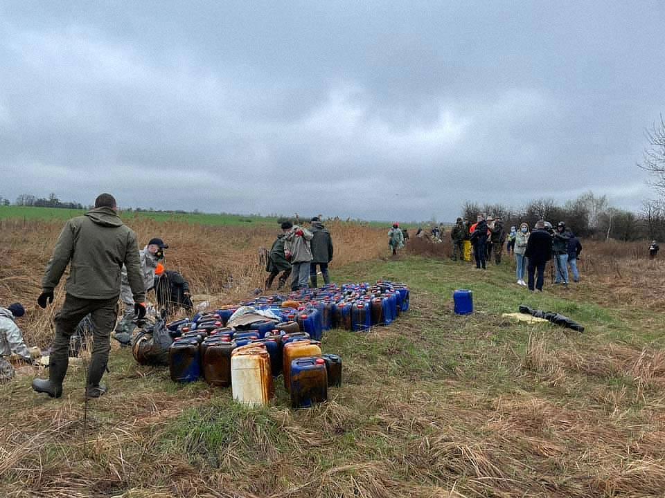 chemicals near kyiv 01 - <b>Под Киевом в реку сбросили три тысячи канистр с химикатами.</b> Что будет с окружающей средой и как накажут виновных - Заборона