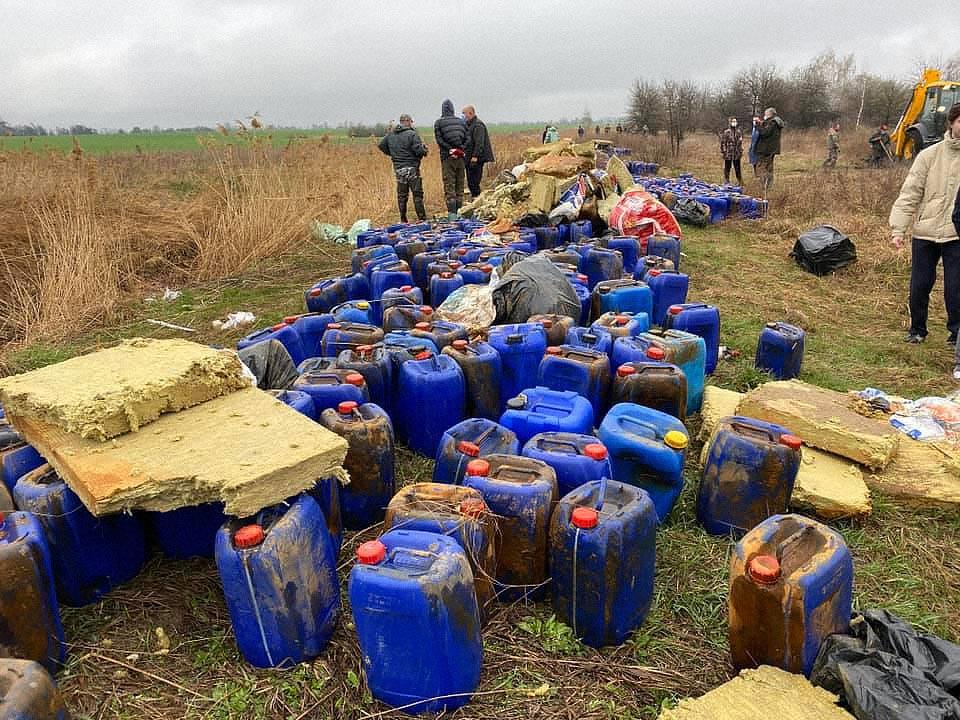 chemicals near kyiv 02 - <b>Под Киевом в реку сбросили три тысячи канистр с химикатами.</b> Что будет с окружающей средой и как накажут виновных - Заборона