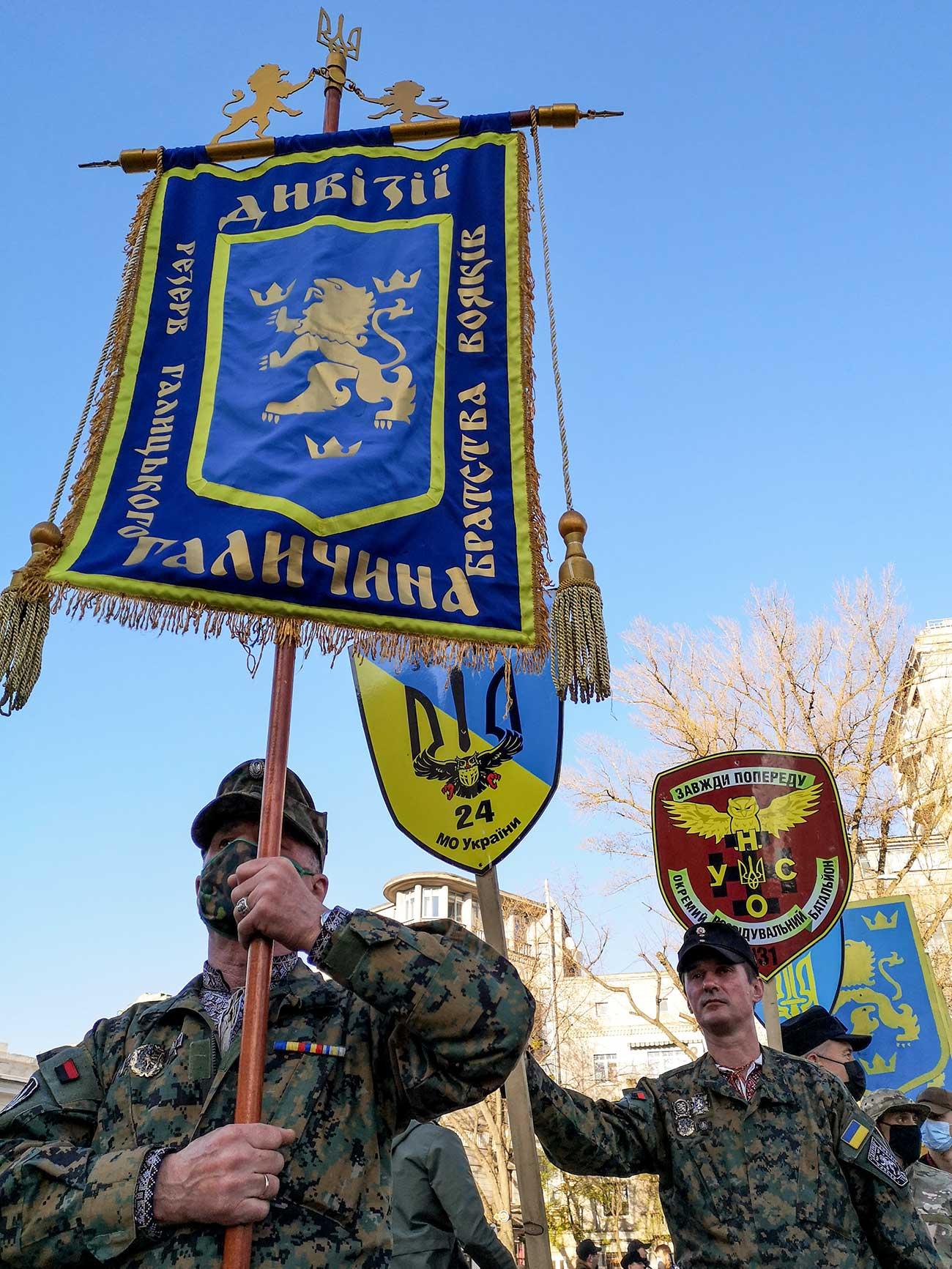 """marsh ss galichina 182020 - <b>Допоможіть знайти загублені літери.</b> Як в Києві пройшов марш на честь дивізії СС """"Галичина"""" - Заборона"""