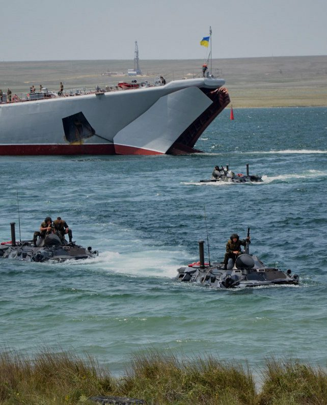 Росія завела військові кораблі в Чорне море та закрила Керченську протоку. Що це означає — стисло в сторіз