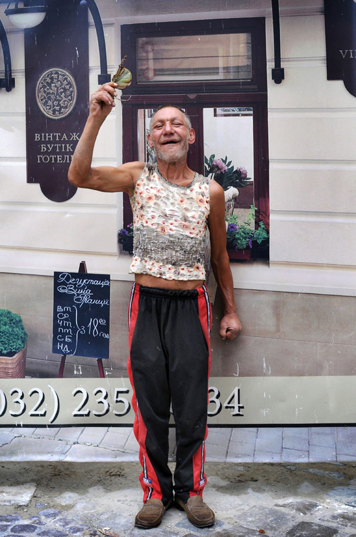 slaviks fashion fb 17 - <b>Мода Славика.</b> Фотосерия о львовском бездомном — в «Уровне цензуры» - Заборона