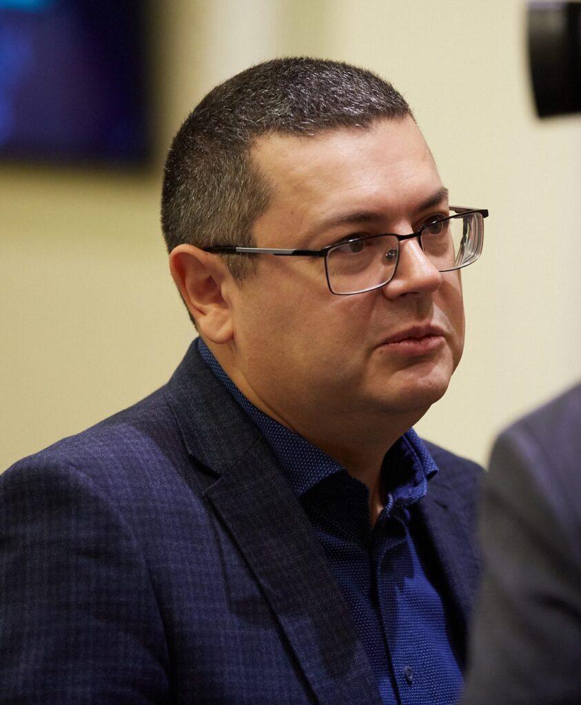 asvl5909 843x1024 - <b>Associated Press: Україна передумала засуджувати переслідування уйгурів у Китаї.</b> Пекін шантажував Київ зривом постачання вакцин - Заборона