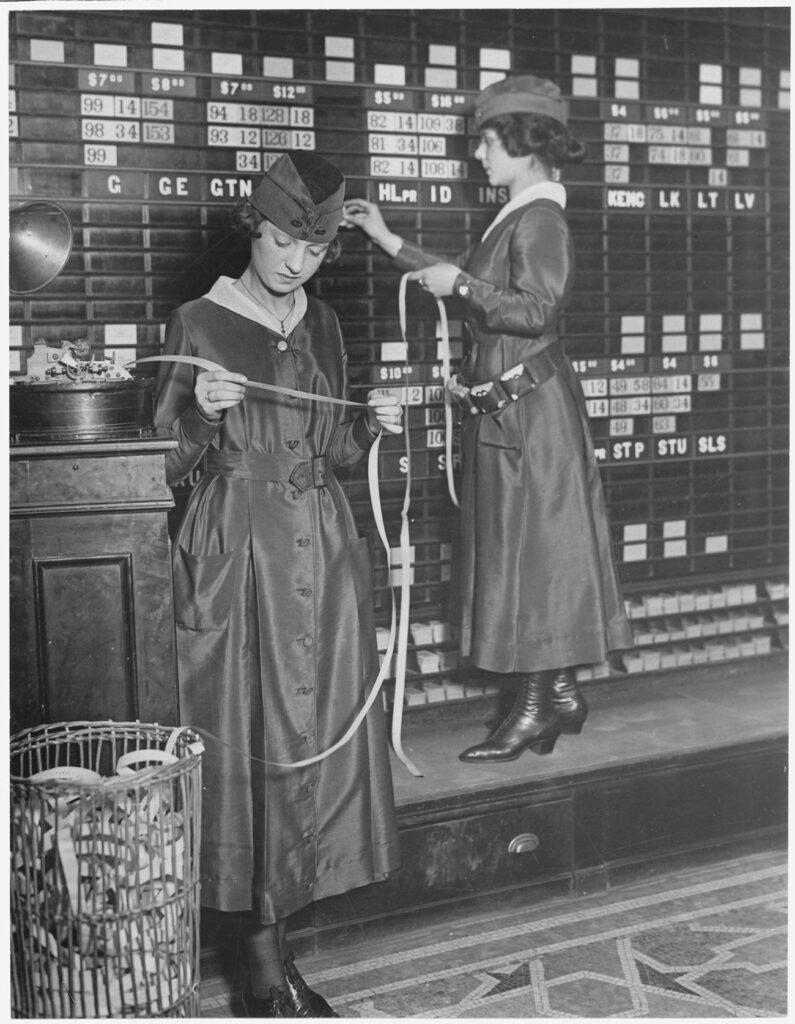 girls operate stock boards at waldorf astoria. the waldorf astoria hotel is employing girls to operate tickers 795x1024 - <b>Як швидко розбагатіти:</b> що таке інвестиції на фондових біржах, як це працює та які ризики? - Заборона
