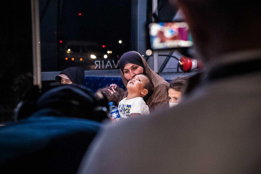 ukrainian women back from syria 02 1024x683 - <b>В Украину из Сирии вернули женщину и семерых ее детей.</b> Они два года жили в лагере беженцев после ИГИЛ - Заборона