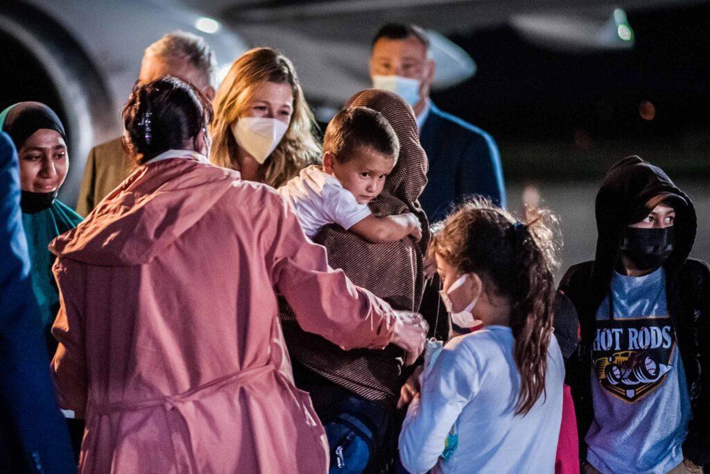 ukrainian women back from syria 04 1024x683 - <b>В Украину из Сирии вернули женщину и семерых ее детей.</b> Они два года жили в лагере беженцев после ИГИЛ - Заборона