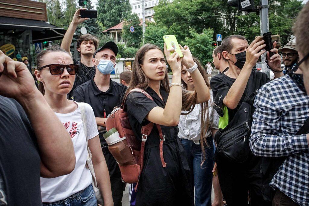 kvity ukrainy dsc08090 1024x683 - <b>Сусіди одного дому.</b> У Києві почали зносити «Квіти України», але місцеві заблокували роботу техніки - Заборона