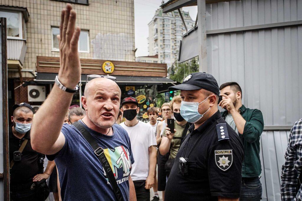 kvity ukrainy dsc08106 1024x683 - <b>Сусіди одного дому.</b> У Києві почали зносити «Квіти України», але місцеві заблокували роботу техніки - Заборона