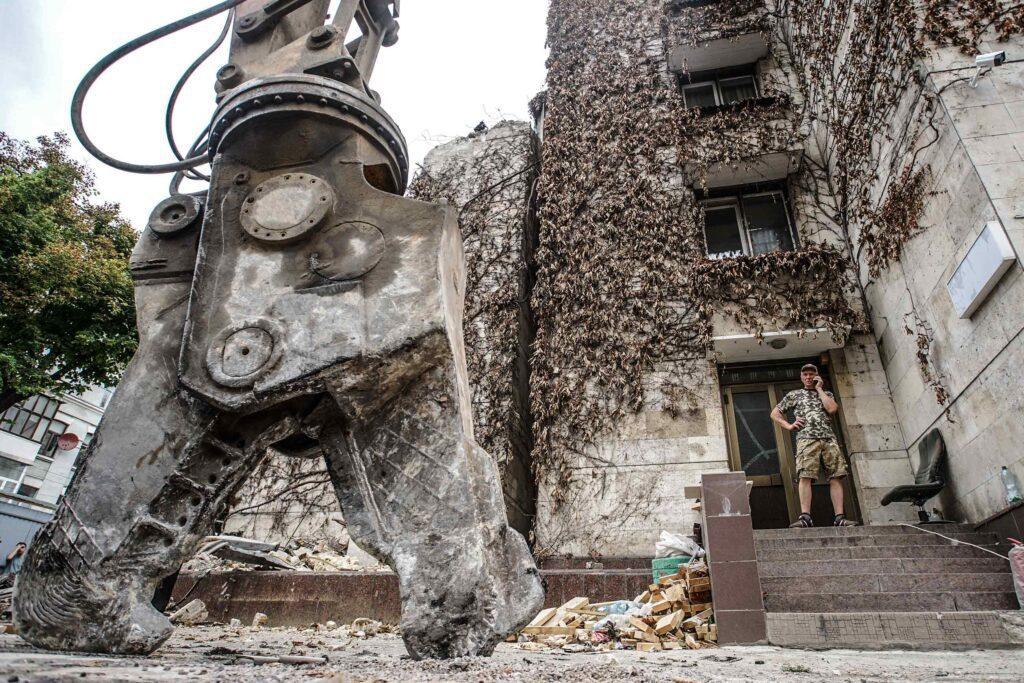 kvity ukrainy dsc08197 1024x683 - <b>Сусіди одного дому.</b> У Києві почали зносити «Квіти України», але місцеві заблокували роботу техніки - Заборона