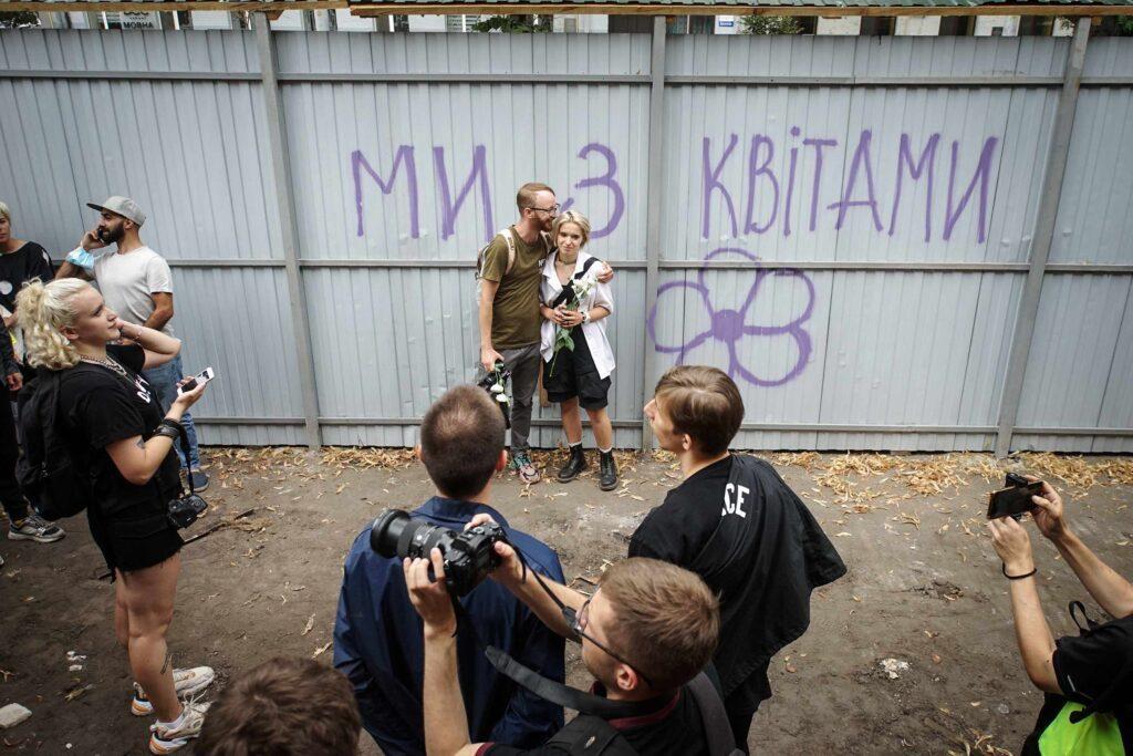 kvity ukrainy dsc08212 1024x683 - <b>Сусіди одного дому.</b> У Києві почали зносити «Квіти України», але місцеві заблокували роботу техніки - Заборона