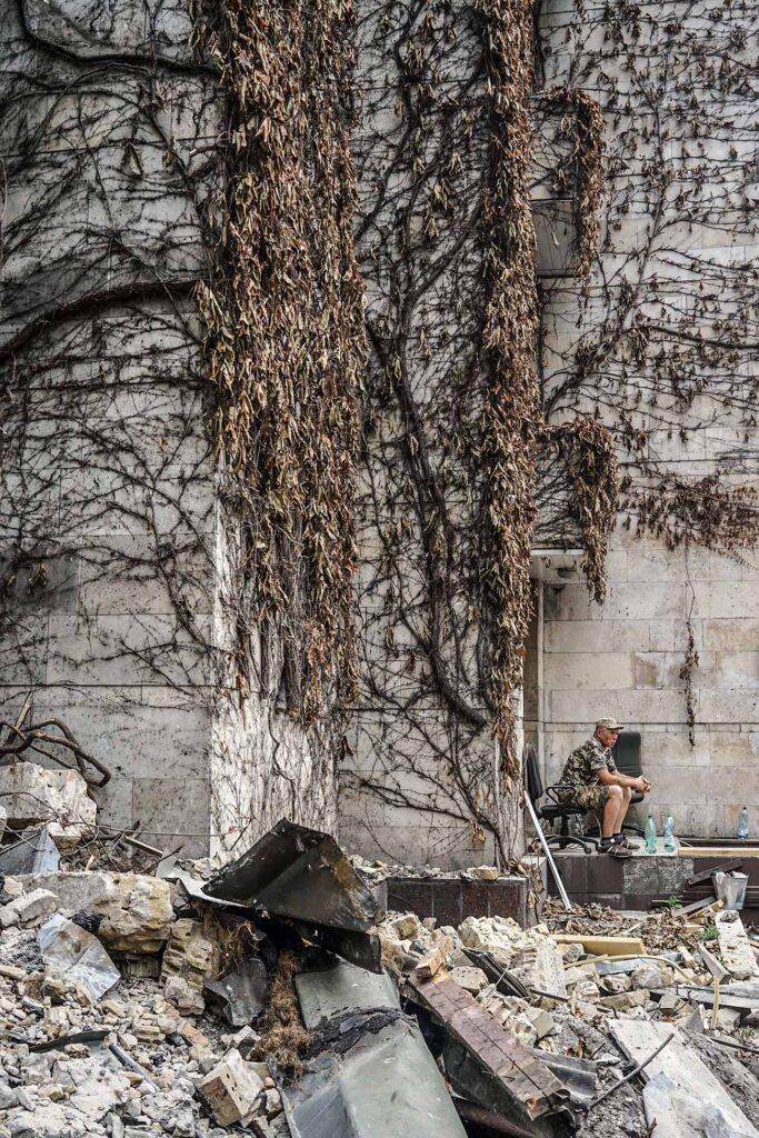 kvity ukrainy dsc08250 683x1024 - <b>Сусіди одного дому.</b> У Києві почали зносити «Квіти України», але місцеві заблокували роботу техніки - Заборона