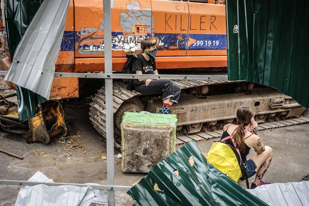 kvity ukrainy dsc08288 1024x683 - <b>Сусіди одного дому.</b> У Києві почали зносити «Квіти України», але місцеві заблокували роботу техніки - Заборона