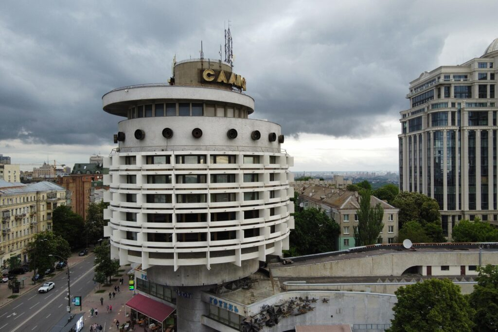 modernism destruction 07 1024x683 - <b>Модернізм під екскаватором.</b> Заборона уявила, що буде, якщо знести світові пам'ятки модернізму - Заборона