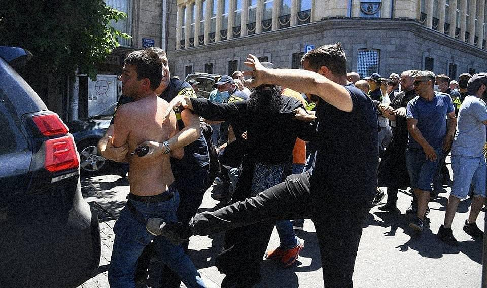 tbilisi pride 05 - <b>Gay Pride in Tbilisi has been viciously attacked.</b> Authorities turned a blind eye as participants and journalists were beaten - Заборона